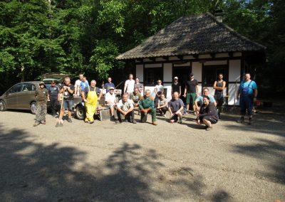 Foto 2 Helfer vor der Waldhütte